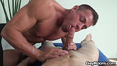 The masseur takes advantage of his task and wraps his lips around that cock